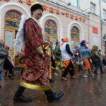 Николай Коляда открыл театральный фестиваль в образе царя с крыльями